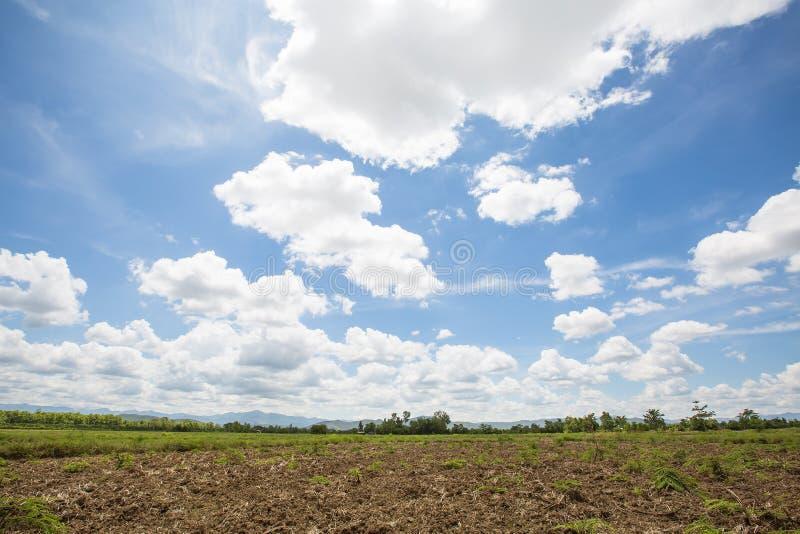 风景在与山的蓝天可能并且调遣在下午太阳光的看法 库存图片