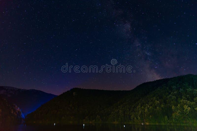 风景在多瑙河峡谷 Cazanele从罗马尼亚边看见的桃莉 库存图片