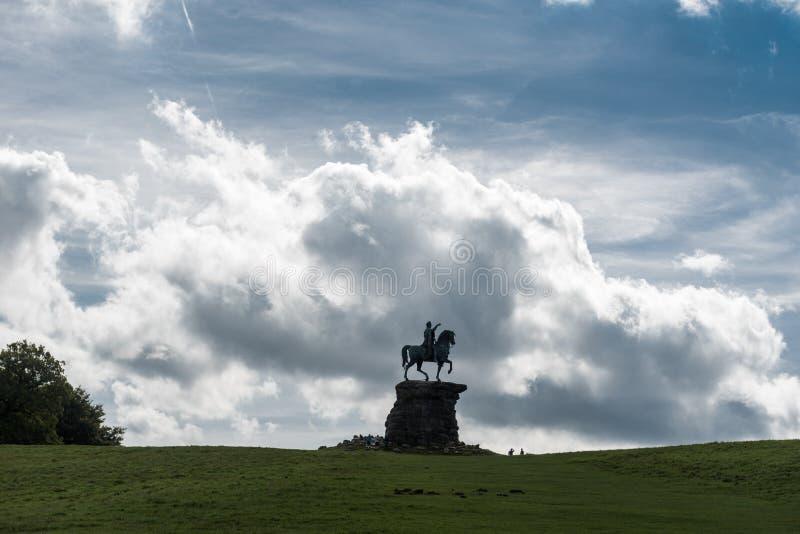 风景在温莎大公园在有乔治三世国王铜马雕象的英国  免版税图库摄影