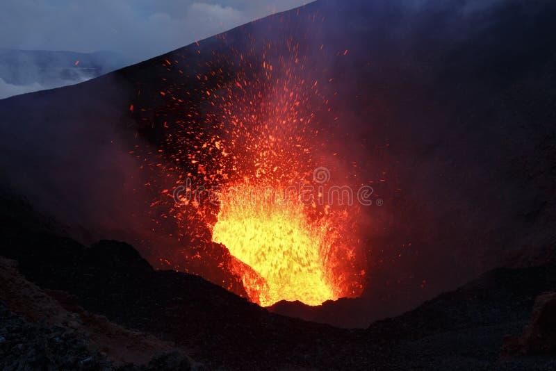 风景夜在堪察加半岛的爆发火山 免版税库存图片