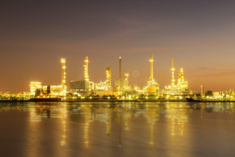 风景夜间的炼油厂植物 库存图片