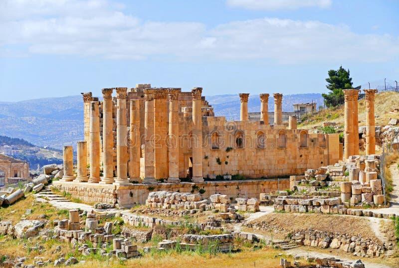 风景宙斯看法古老罗马寺庙在杰拉什,约旦 免版税图库摄影