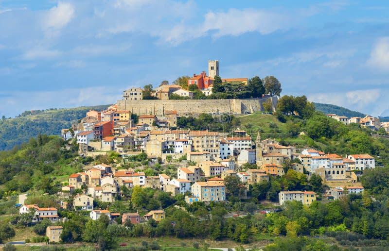 风景小山的老镇莫托文 Istria,克罗地亚 库存图片