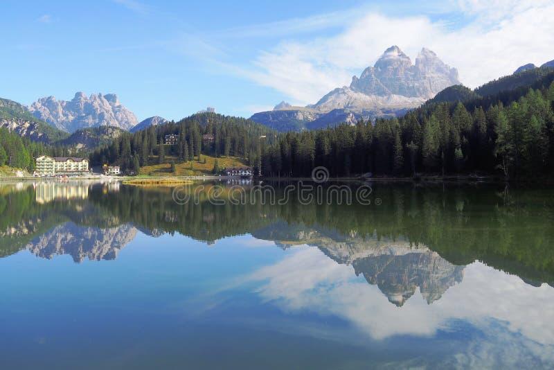 风景山湖拉戈di Misurina在波尔扎诺自治省,意大利 免版税库存图片