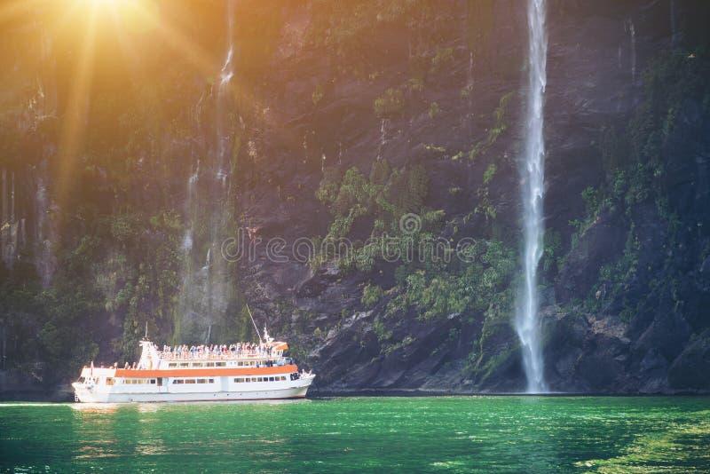 风景巡航方法瀑布,米尔福德峡湾 图库摄影