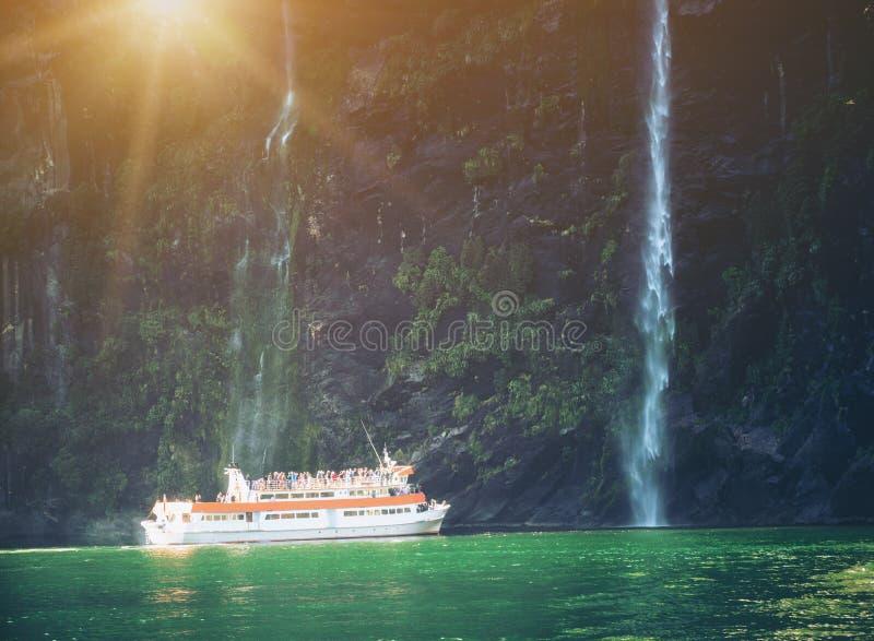 风景巡航方法瀑布,米尔福德峡湾 库存照片