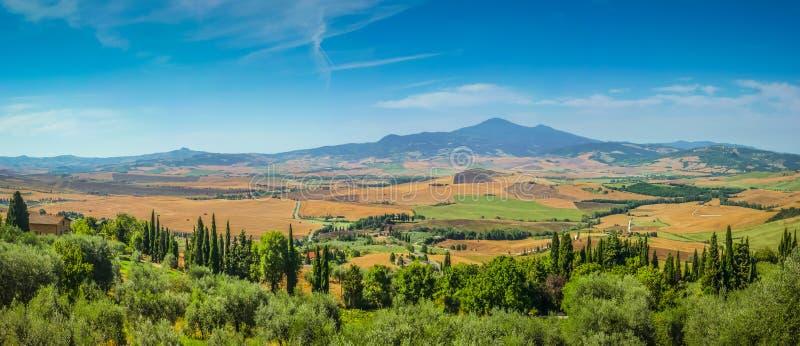 风景托斯卡纳风景在一个晴天, Val d'Orcia,意大利 免版税库存照片