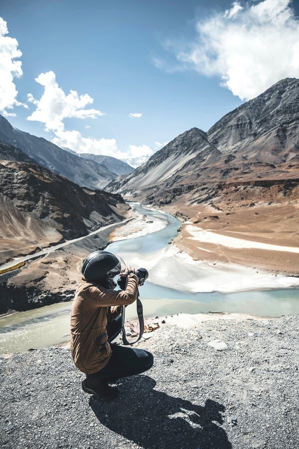 风景摄影师和看法在莱赫拉达克区,印度的酷寒北风零件的 免版税库存照片