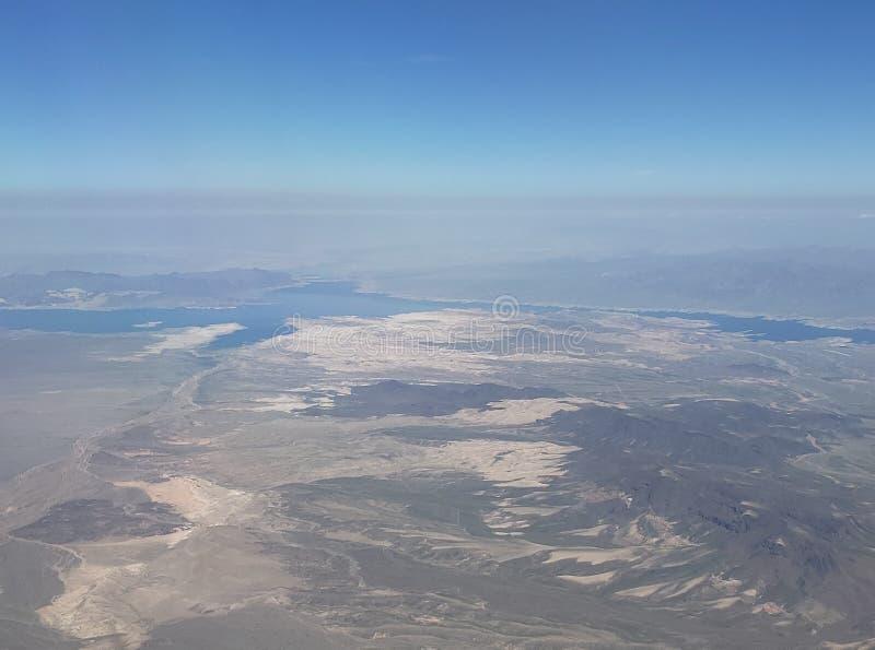风景有一个湖的鸟瞰图在一个沙漠区域在亚利桑那州和内华达之间,在美国 库存照片
