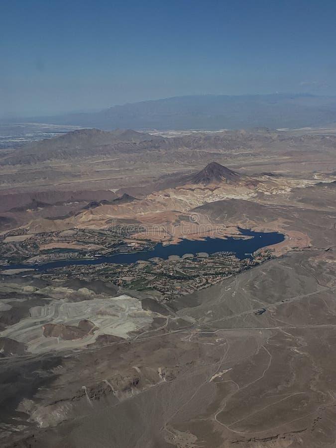风景有一个湖的鸟瞰图在一个沙漠区域在亚利桑那州和内华达之间,在美国 免版税图库摄影