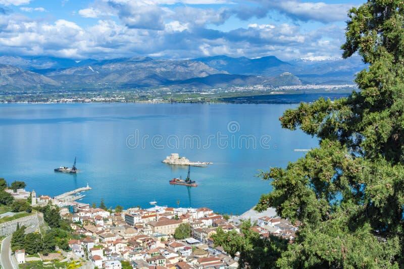 风景有在纳夫普利翁,海口镇在伯罗奔尼撒在希腊,阿尔戈利斯州地方单位,游客旅行的资本的看法 免版税库存图片