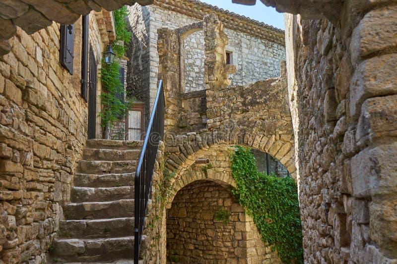 风景村庄Montclus Occitanie Fr典型的中世纪街道  免版税库存图片