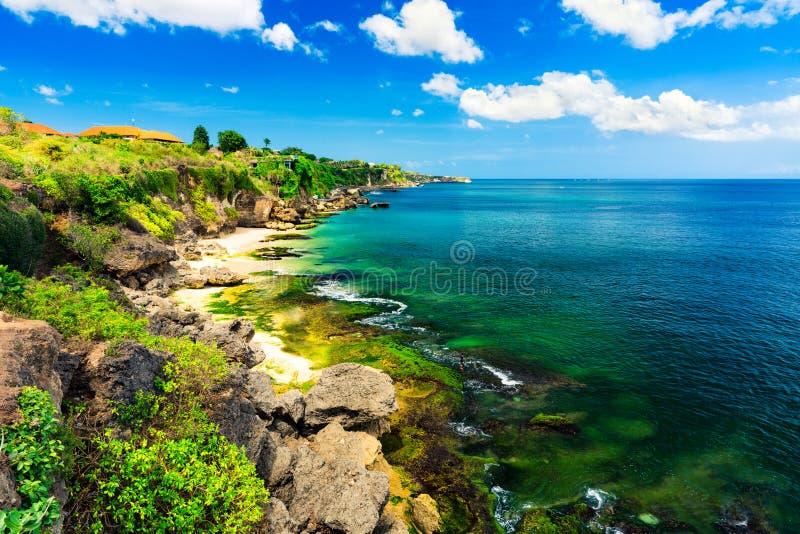 风景海风景,巴厘岛 在热带Pantai海滩的高峭壁在巴厘岛,印度尼西亚 巴厘岛,印度尼西亚的热带本质 免版税图库摄影