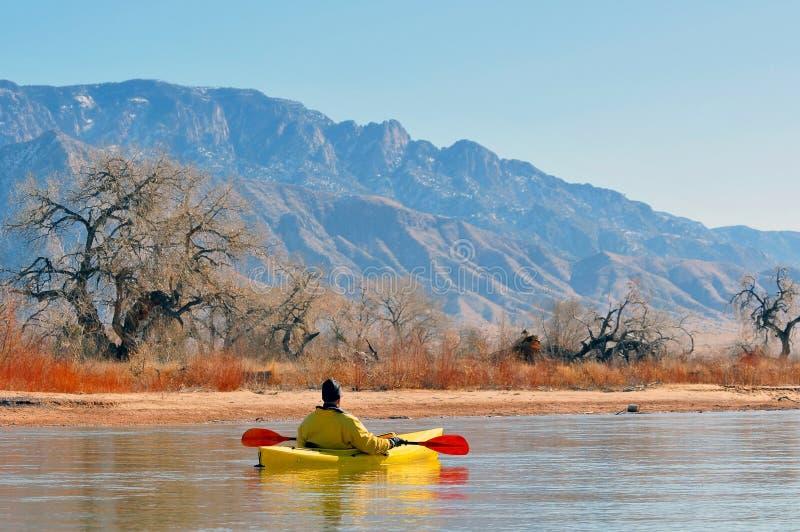 风景湖的划独木舟的人 库存图片