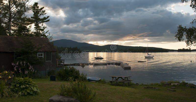 风景湖的日落全景 免版税库存照片