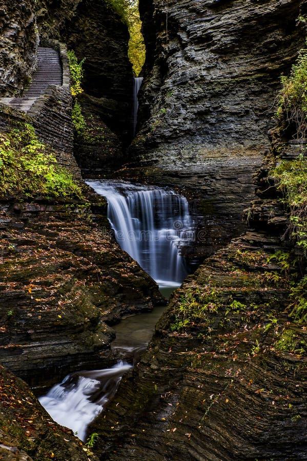 风景瀑布在秋天- Minnehaha落-沃特金斯幽谷国家公园-沃特金斯幽谷,纽约 免版税库存图片