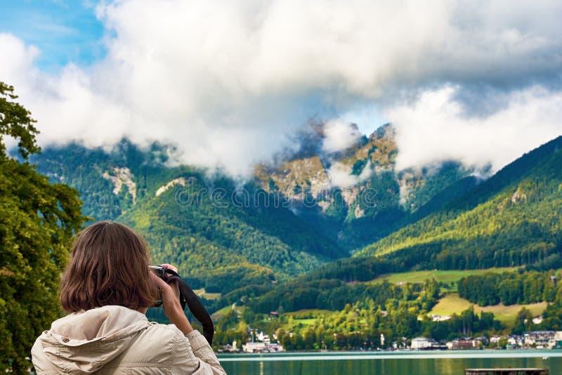 风景的看法在湖Hallstatt有山的,前面附近的 免版税库存图片