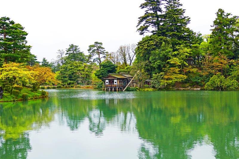 风景看法日本庭院Kenrokuen在今池,日本 免版税库存照片