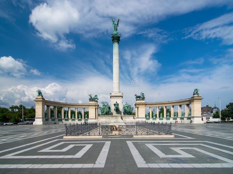 风景看法Heroes& x27;在布达佩斯,有千年纪念碑的,城市的主要吸引力匈牙利摆正在美丽如画的天空下 免版税库存照片