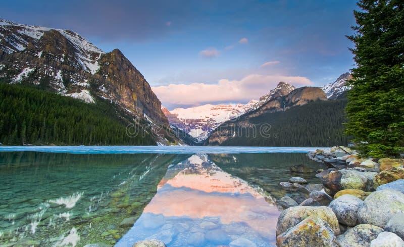 风景美丽的路易丝湖 免版税库存照片