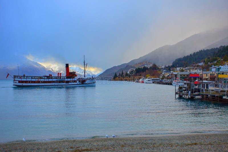Download 风景美丽的风景wakatipu湖在南女王/王后的镇 库存图片. 图片 包括有 城镇, 公园, 背包, 黄昏 - 59112805