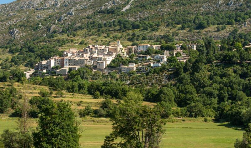 风景老小山顶村庄在法国的普罗旺斯地区 库存照片