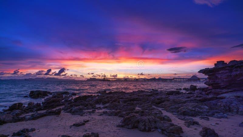 风景自然视图、美好的轻的日出或者日落在海 免版税库存照片