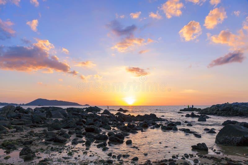风景自然视图,在海的美好的轻的日落在普吉岛泰国 库存照片