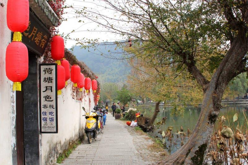 风景街道在沿水,中国的古老村庄宏村(联合国科教文组织) 免版税库存照片