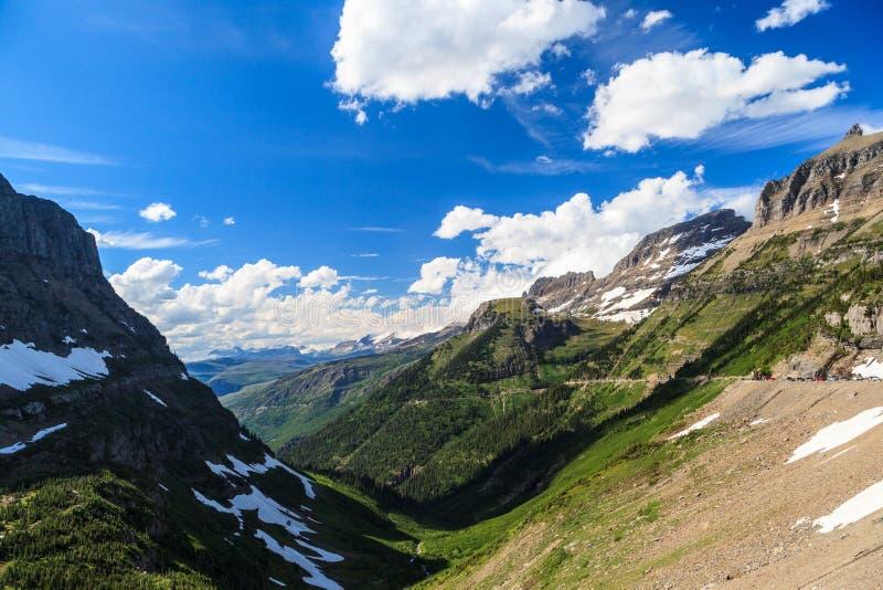 风景视图在摇石通行证的冰川国家公园 库存图片