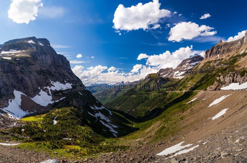 风景视图在摇石通行证的冰川国家公园 库存照片
