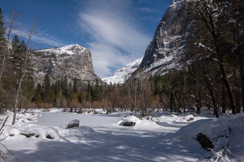 风景视图结冰在Mirror湖,在冬天,尤塞米提谷 库存图片