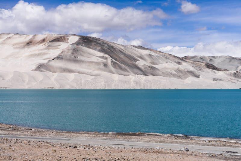 风景视图高土地湖和反射与清楚的天空蔚蓝,新疆 库存照片