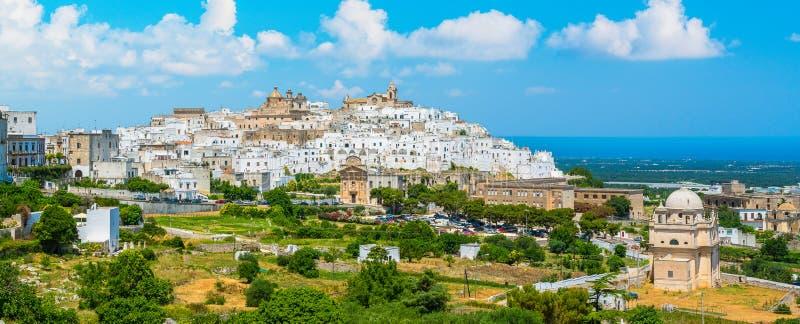 风景视域在奥斯图尼在一个晴朗的夏日,普利亚普利亚,意大利南部 免版税库存照片