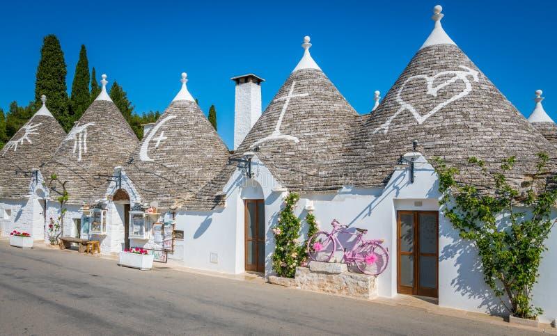 风景视域在阿尔贝罗贝洛,著名Trulli村庄在普利亚,南意大利 图库摄影