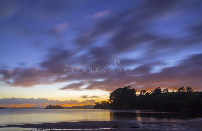 风景风景Scandrett海滩奥克兰新西兰在日出时间 库存照片
