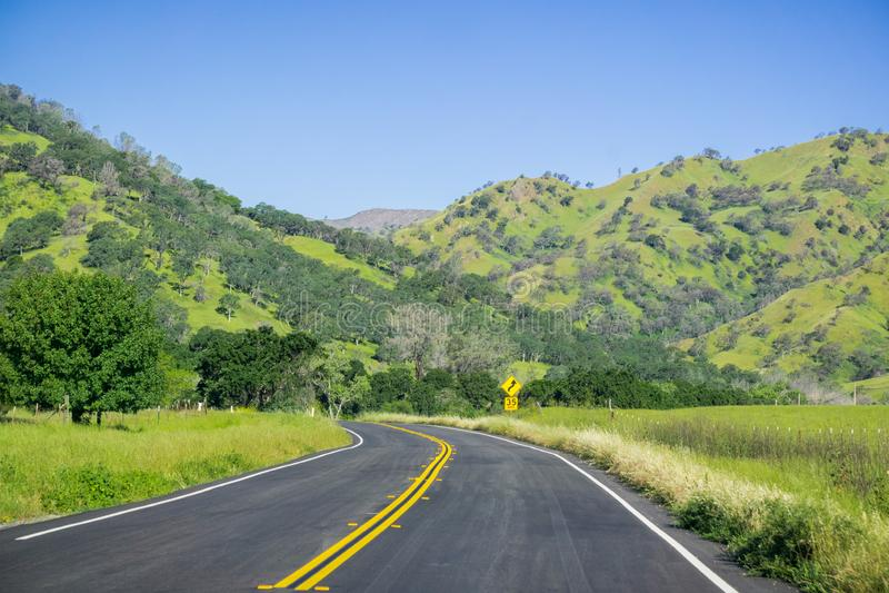 风景驱动通过纳帕谷,加利福尼亚嫩绿的小山  库存照片