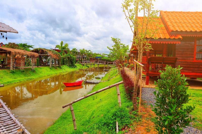 风景,乡间别墅,在泰国,在夏天泰国旅游业概念的美好的天空视图的运河 免版税图库摄影