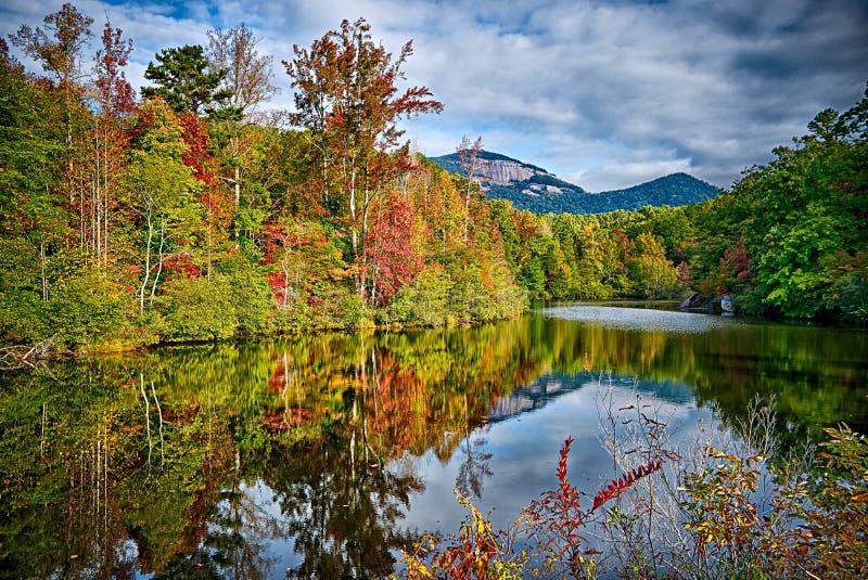 风景临近湖jocassee和桌岩石山南caro 库存图片