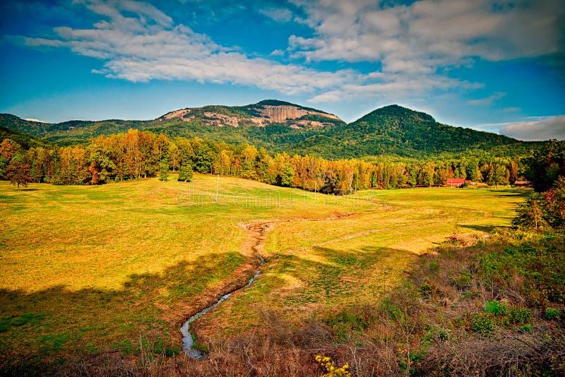 风景临近湖jocassee和桌岩石山南caro 免版税库存照片