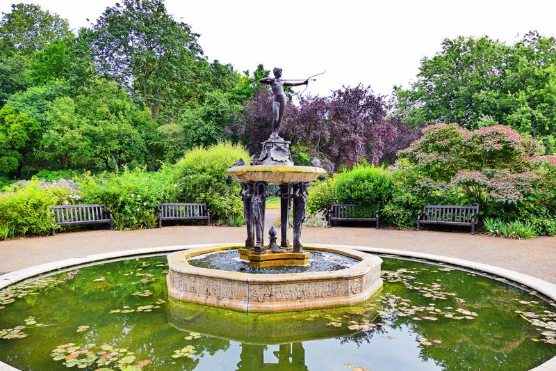 风景Gardenscape和女猎人喷泉在海德公园在伦敦,英国 免版税图库摄影