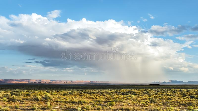 风暴纪念碑谷, 2017年8月8日 在纪念碑谷的被隔绝的暴雨与sunshining的周围它和晴朗的山o 免版税库存图片