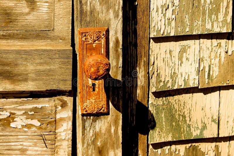 风格化被染黄的葡萄酒门和门把 免版税库存图片