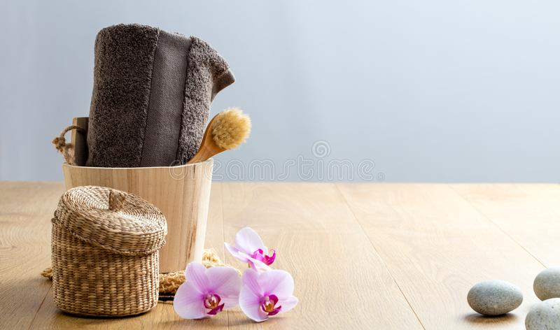 风水身体和面孔关心与刷子和毛巾 图库摄影