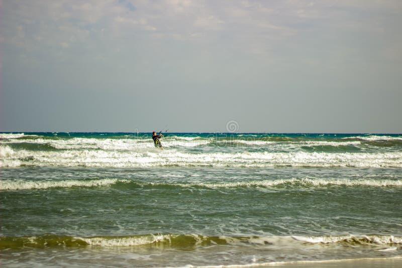 风筝冲浪者在Mediterrean海在一个秋天大风天 免版税库存图片