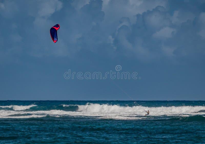 风筝冲浪者接近在多米尼加共和国的大波浪 库存照片