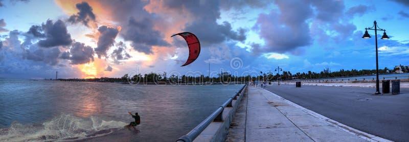 风筝沿着爱德华B的冲浪者海浪 在日落的骑士码头 免版税库存照片