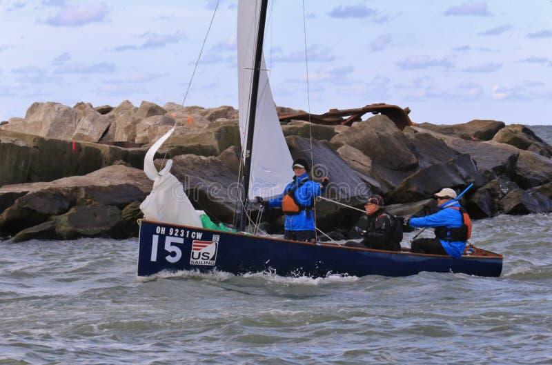 风船乘员组驾驶的船 免版税库存照片
