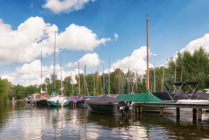 风船和汽船靠码头在范杜塞尔多夫游艇围场跳船  免版税库存图片