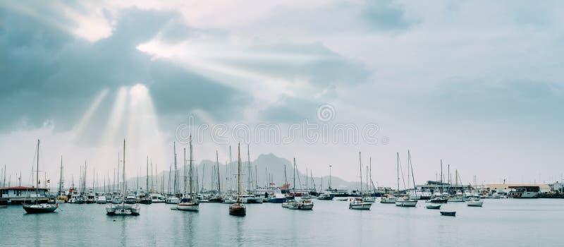 风船和游船在历史的城市明德卢的波尔图重创的海湾 阳光 免版税库存图片